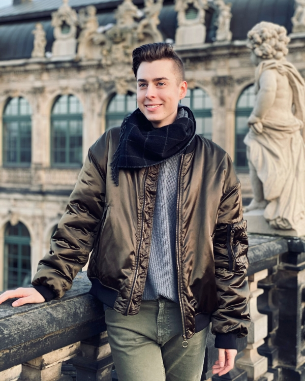 Pierre im Dresdner Zwinger mit grüner Bomberjacke. Bald wird sein erstes Hörbuch raus kommen