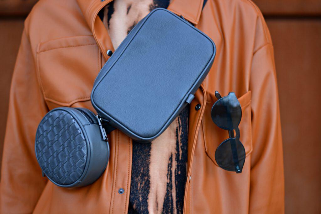 Overshirt aus Kunstleder mit Bauchtasche in grau und Sonnenbrille