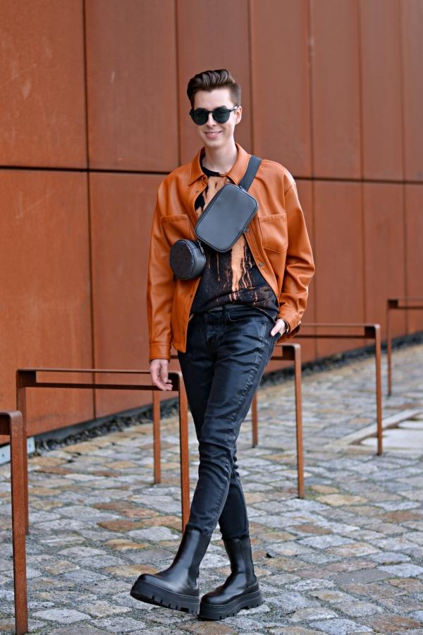 Modeblogger vor rostiger Kulisse