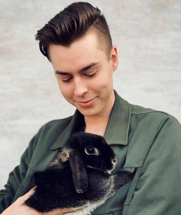 Pierre mit seinem neusten Kaninchen: Elli