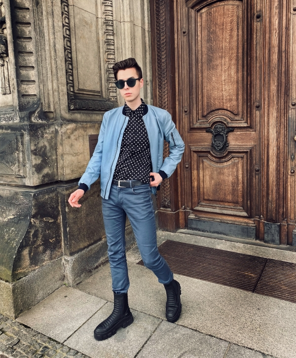 Modeblogger mit blauem Outfit und Pünktchenhemd. Erwachsensein
