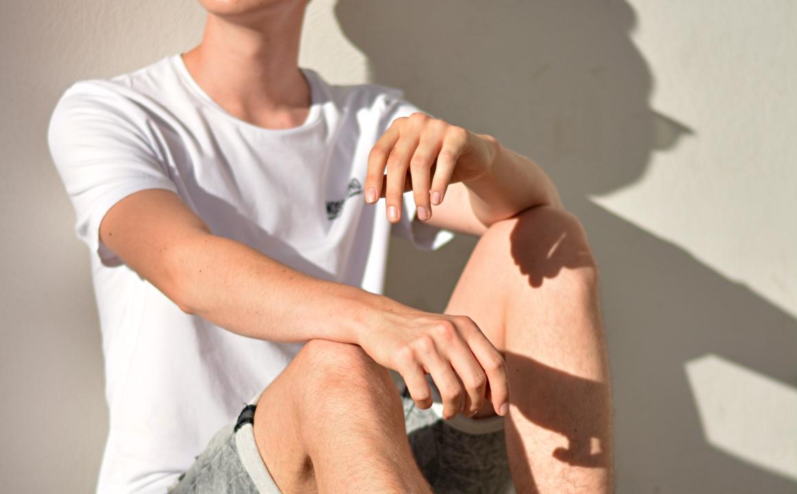 Detailbild von Armen und Beinen. Schutz vor der Sonne