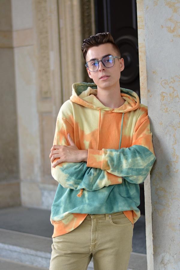 Pullover in Batimuster und Brille im 70er Style