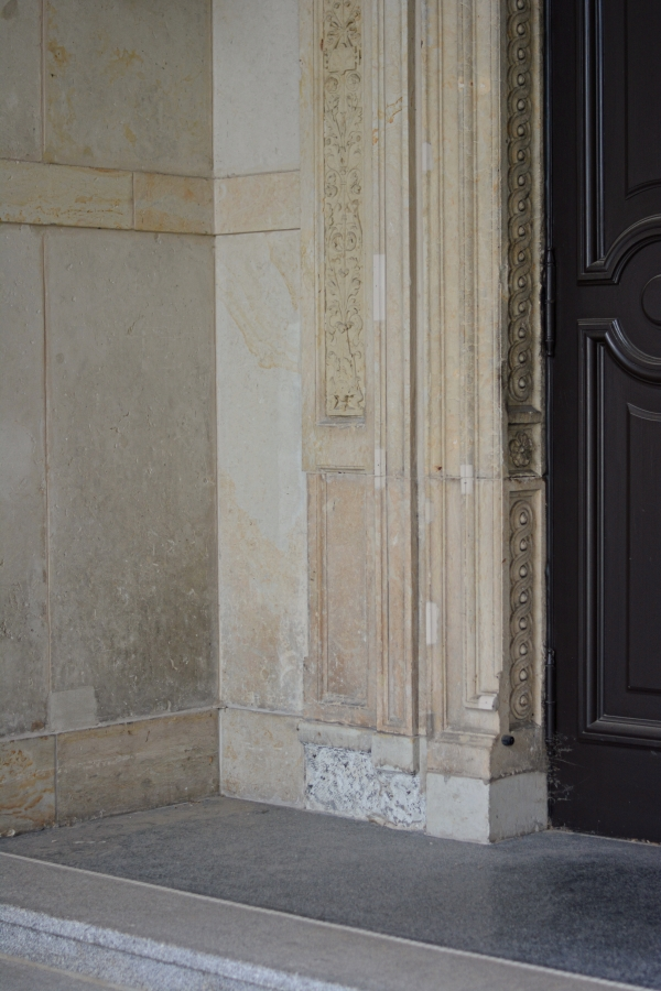Hausdetails in beige und dunkelbraun