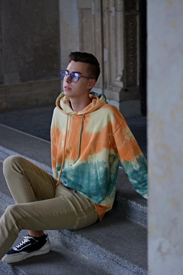 retro Mode kehrt zurück mit Batik und großen Brillen