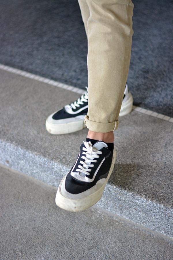 schwarz, weiße Sneaker und Hose in beige