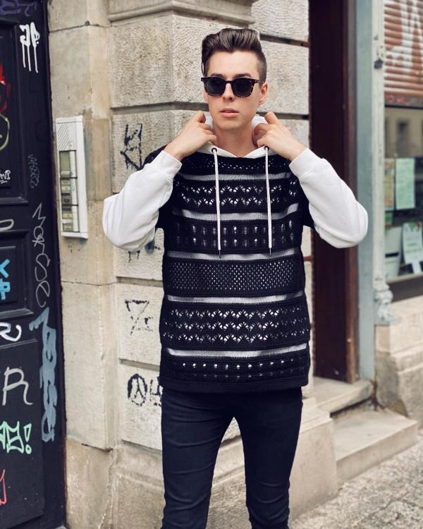 Weißer Pullover mit schwarzem, gesticktem Shirt