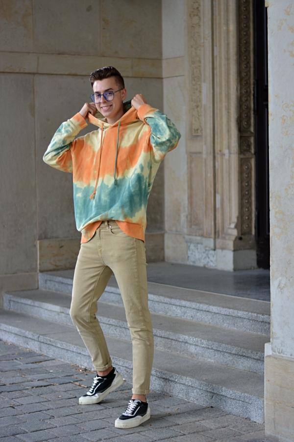 Outfit inspiriert von den 70er, 80er und 90er mit batikmuster und beige Hose