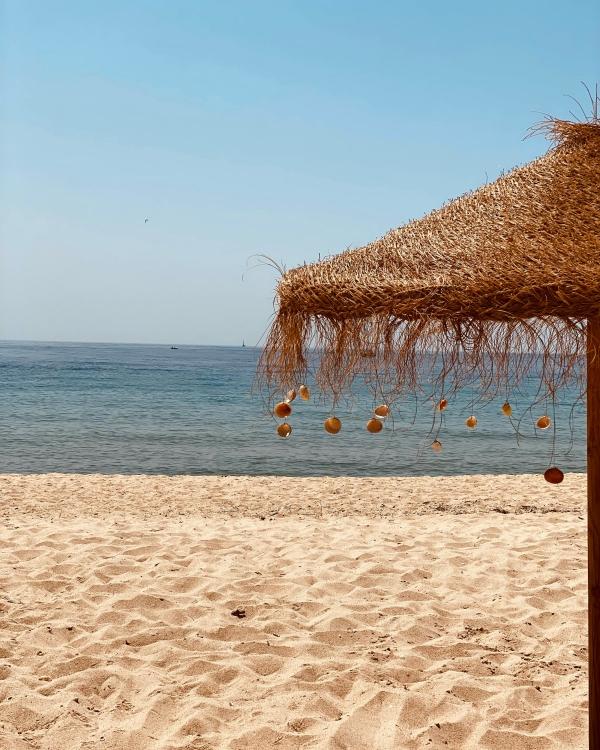 Strand in Portugal mit Sonnenschirm