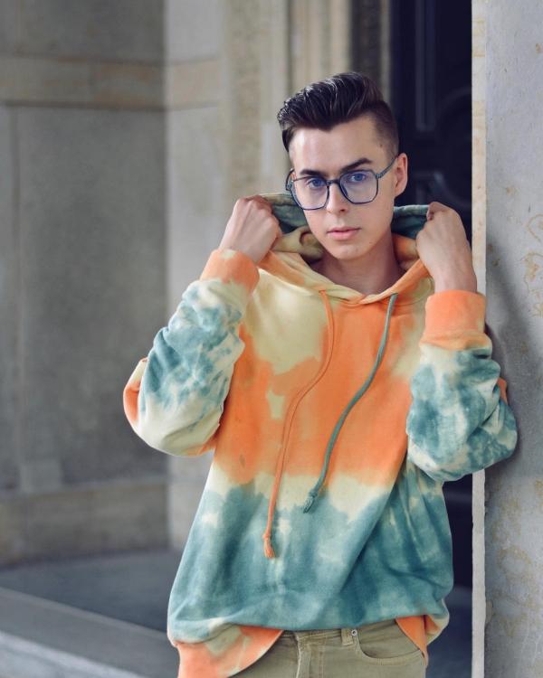 Pierre in Batik Hoodie und großer Brille