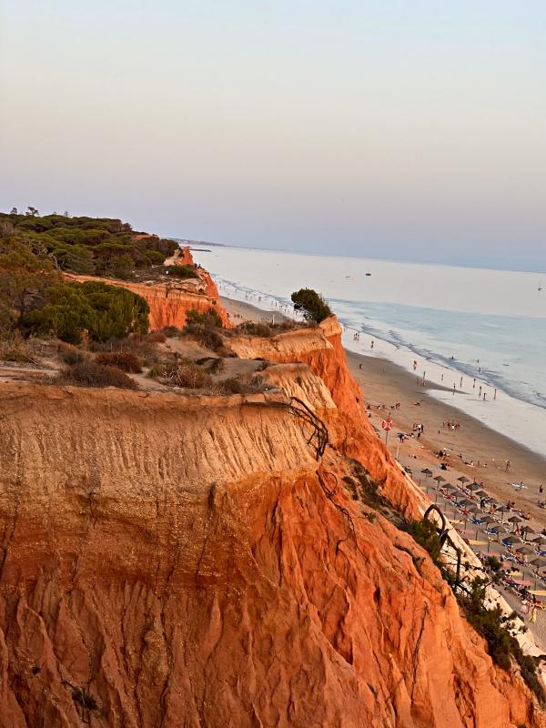 Steilküste im Sonnenuntergang in der Nähe von Albufeira