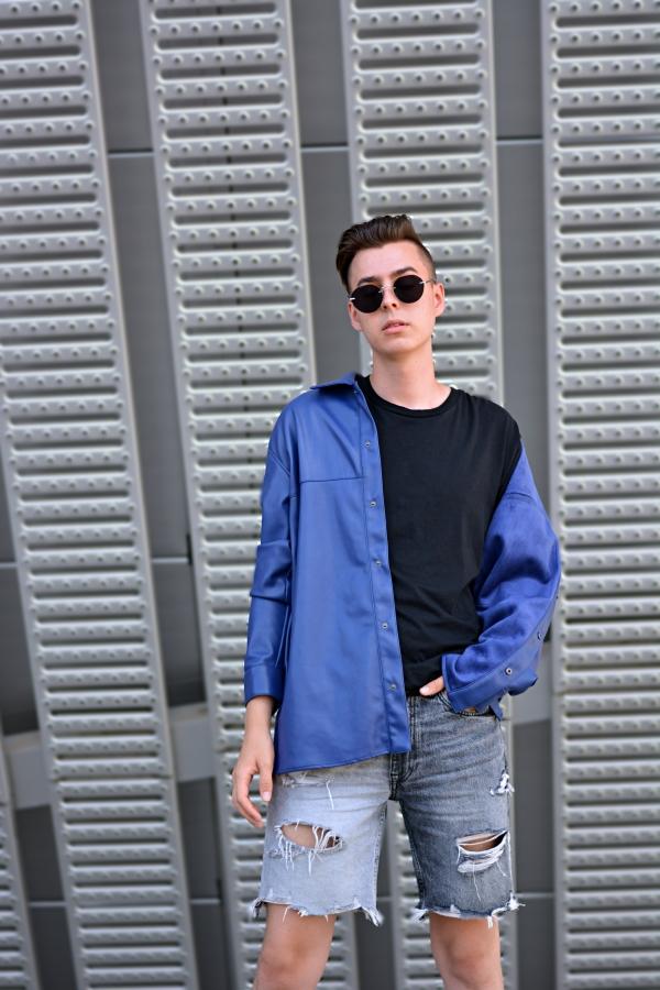 Fashionblogger in einer der Trendfarben 2022, ein dunkles Meeresblau
