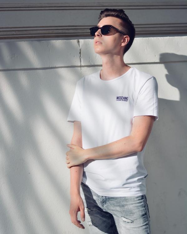 Sommerfoto in weiß/grau mit Palmenschatten