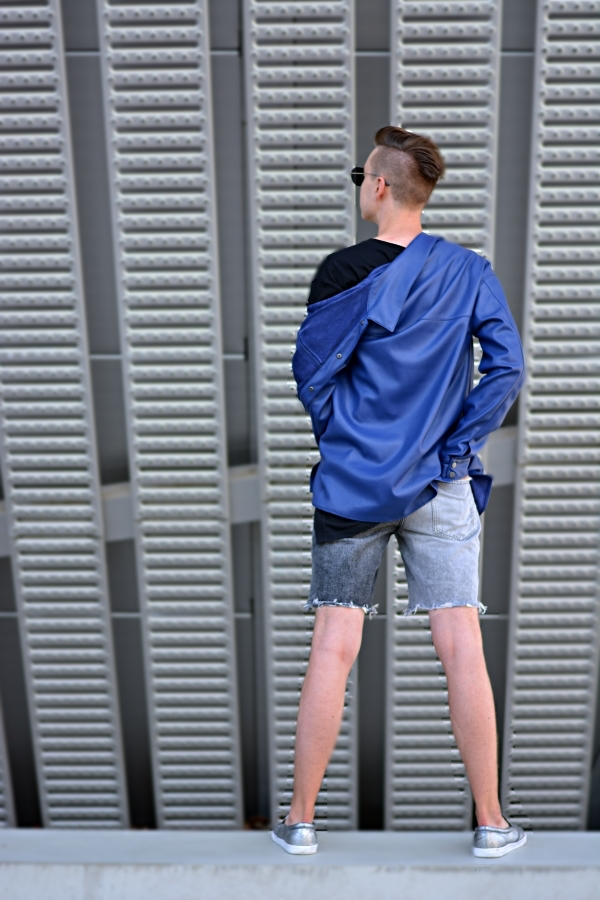 Outfit in grau, schwarz und dunkelblau. Trendfarbe 2022