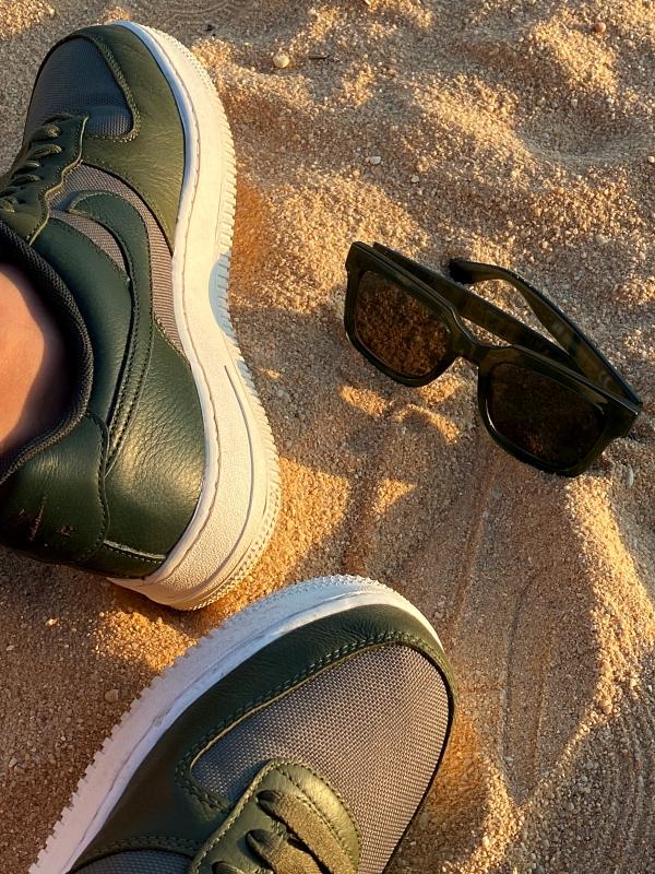 Strand in Albufeira grüne Nikes mit Sonnenbrille