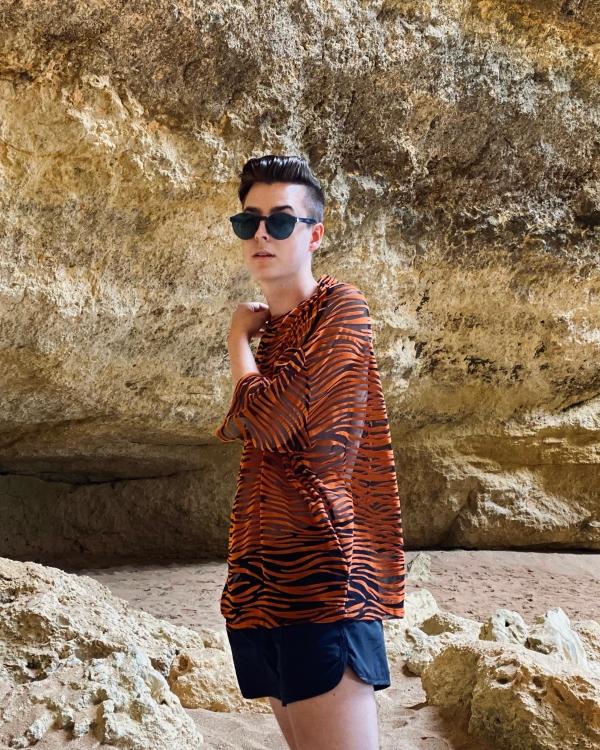 Modeblogger Pierrefekt in Höhle mit transparentem Shirt